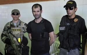 ezequiel-de-souza-custodiado-por-dos-agentes-de-la-senad-luego-de-su-detencion-en-el-2012-con-cargamento-de-cocaina-_900_573_1239302