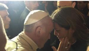pontífice saluda a la diputada Cristina Villalba.