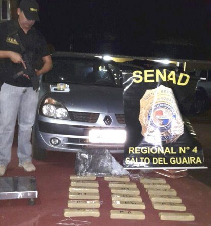 un-agente-especial-de-la-senad-vigila-los-ladrillos-de-marihuana-que-fueron-extraidos-del-automovil-renault-